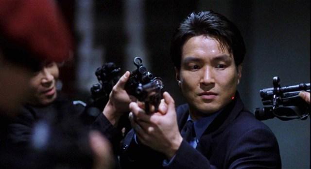 Shiri, soldados rodeando al agente encargado del caso.