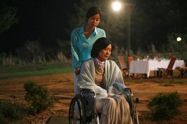 Las actrices Oh Mi-hee y Seo Yeong-hie, en una escena de 'Bloody Reunion'