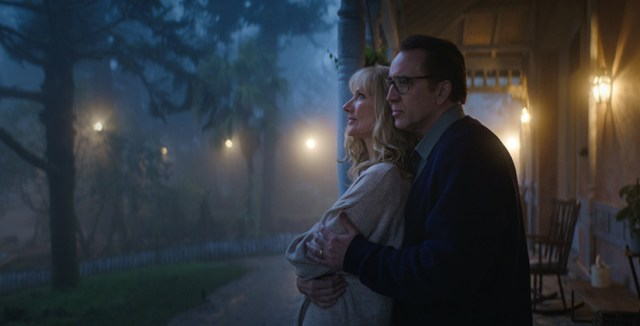 Nicolas Cage y Joely Richardson en una escena de Color out of Space