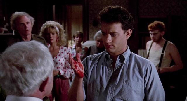No matarás... al vecino (Joe Dante, 1989). Tom Hanks con la mano llena de sangre.
