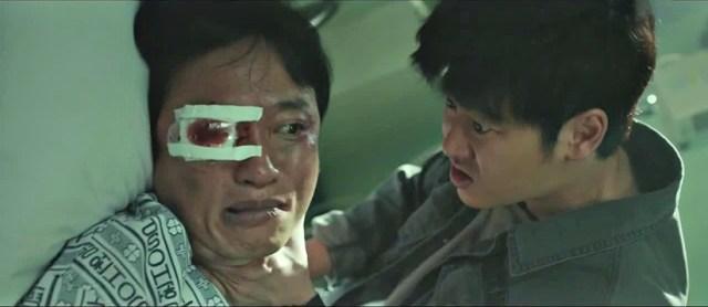 Hwa-pyung (el actor Kim Dong-wook) intenta conseguir información, a través de un poseído, el paradero de Park Il-do
