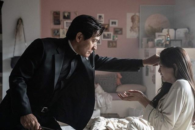 Ahn Sung-ki en pleno exorcismo (The Divine Fury)