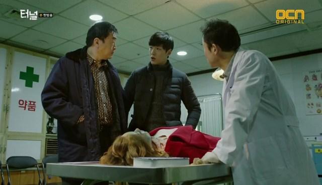 Park Kwang-ho en la sala de autopsias (Serie Tunnel)