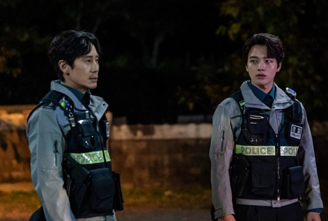 Shin Ha-kyun y Yeo Jing-goo en Beyond Evil