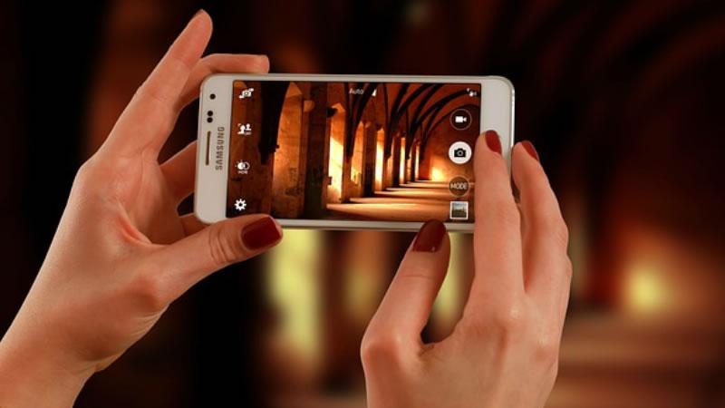 No entre en Pánico, Pero el Uso del Teléfono en la Cama puede causar Ceguera