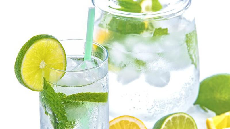 ¿ Qué es mejor tomar agua fria o agua tibia ?