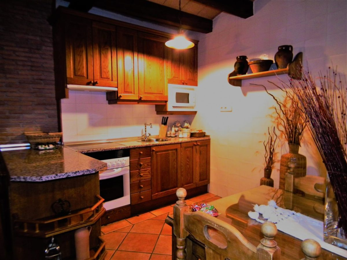 Cocina con horno, vitrocerámica, microondas, lavavjillas, nevera..