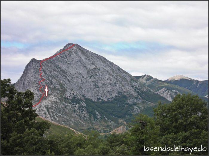 Susarón Cara Este vista desde Redipollos. En rojo la ruta de ascenso desde Camposolillo.