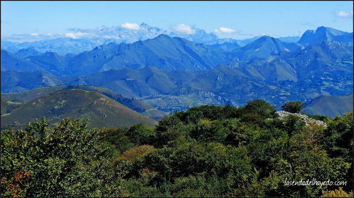 Panorámica hacia el este, con los Picos de Europa sobrevolando la cima del Pico Vízcares.