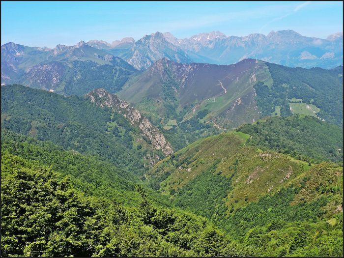 Valgrande desde el Puertu Payares. Al fondo el macizo de Ubiña (2.417 metros).