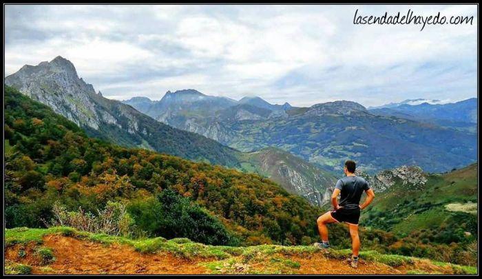 Hacia el valle del Huerna, con parte del macizo de Ubiña (Tapinón, Rueda...) y el Pico de la Tesa a la izquierda sobre los bosques de Traslacruz
