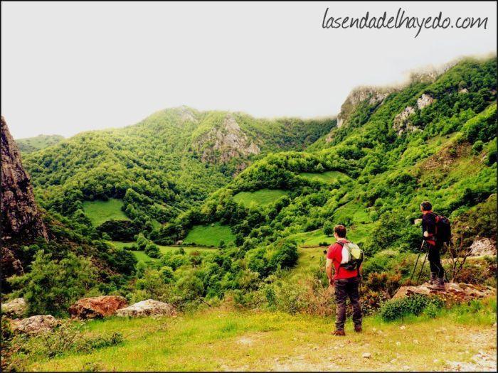 Con vistas al valle de la Foz de la Caviyera, por donde ascenderemos y descenderemos (derecha e izquierda respectivamente).