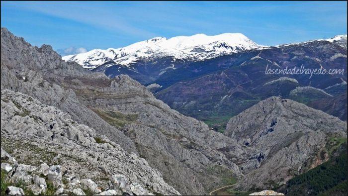 La parte alta del valle del río Curueño, con San Isidro bien cubierto de nieve en el mes de Mayo.