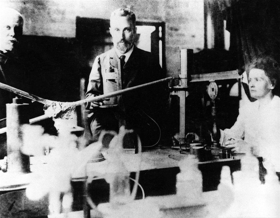 Henri Becqueler, Pierre Curie y Marie Curie en un laboratorio