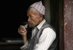 Nepalí toma té en Bhaktapur