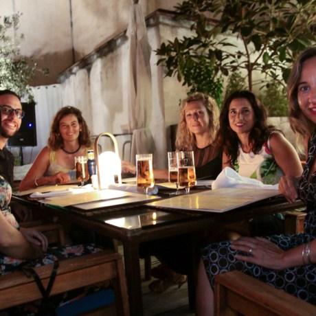 Grupo de amigos profesores celebrando el inicio de curso Foto: © La Siesta Press | J. Fernández Ortega