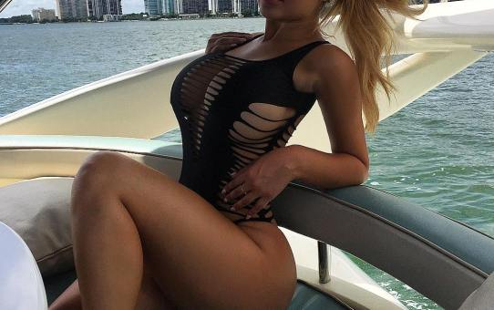 Anastasiya Kvitko en un yate en el mar