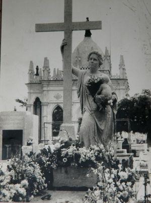 La tumba de La Milagrosa siempre está llena de flores