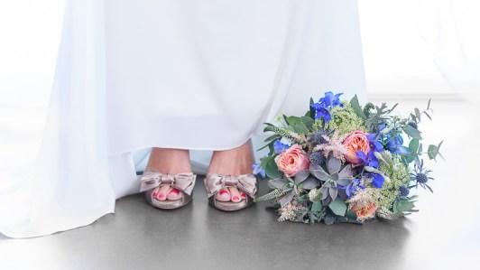 bouquet-chaussures-mariee-inspiration-mariage-air-marin-plage-mer-sable-lasoeurdelamariee-blog-mariage