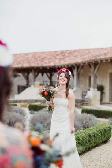 Mariée avec une couronne de fleurs vives