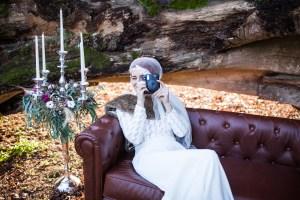 Une mariée d'hiver avec un polaroid