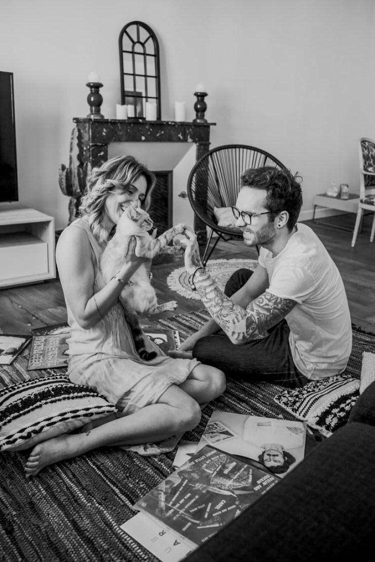 Couple sur un tapis avec un chat