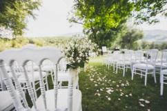 Décoration de chaises en gypsophile pour une cérémonie laïque