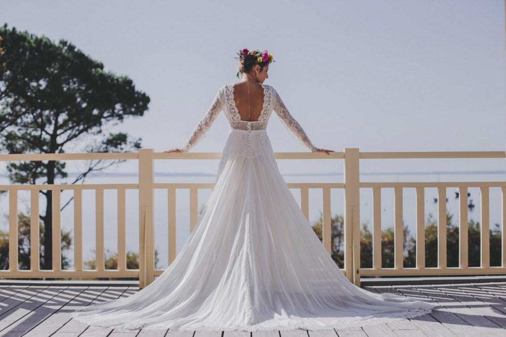 Mariée dos nu sur un balcon