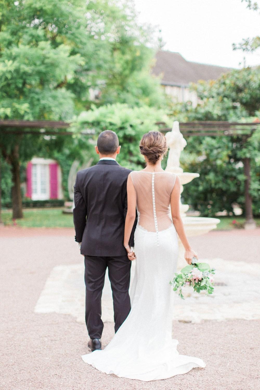 Smoking noir et robe de mariée dos nu