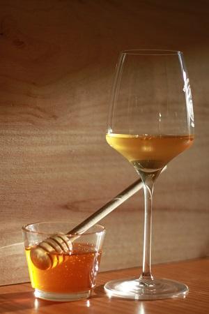 Illustration de la soif du temps avec verre d'hydromel et pot de miel