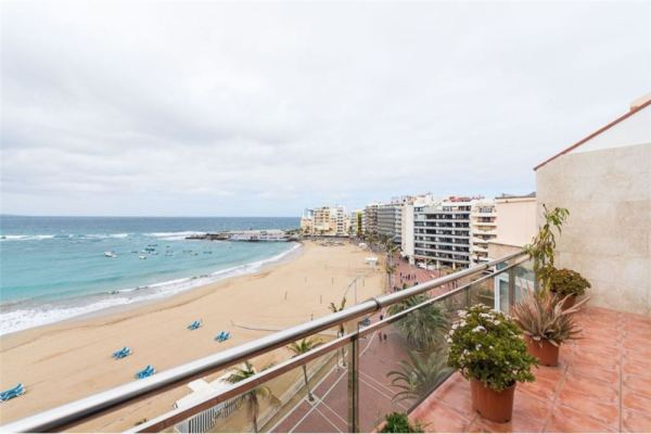 Las Palmas beachfront penthouse with four bedrooms, terrace with Las Canteras view and quality fittings