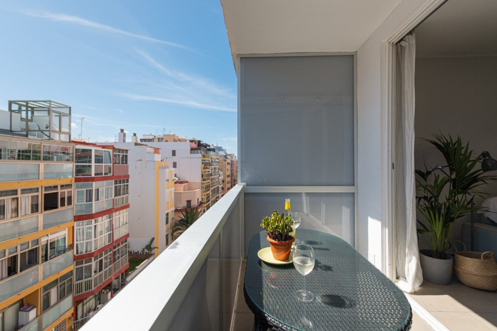 Top floor, turnkey studio apartment with large sunny terrace that is on a pedestrian street close to the beach in a desirable area of Las Palmas de Gran Canaria city