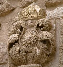 Florón del sol en la portada de la iglesia