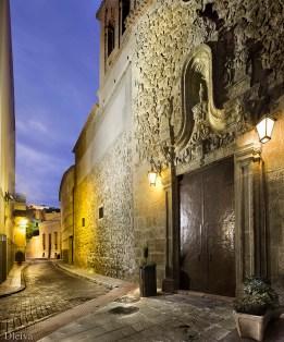 Portada de la iglesia y fachada de la calle José Ángel Valente