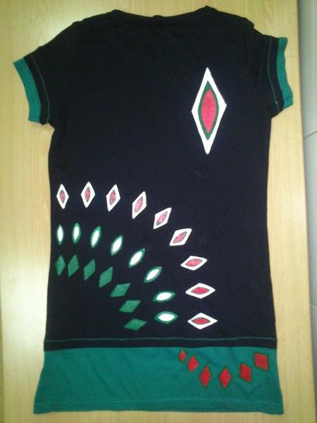 Camiseta pintada rombos. Parte trasesa