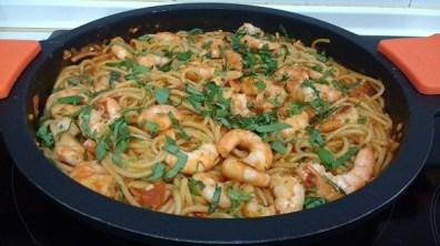 Espaguetis con langostinos y salsa de tomate casera (4)