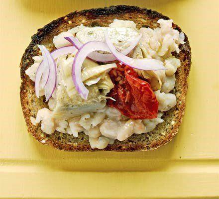 Recetas – Sándwiches abiertos – frijol machacado, alcachofa y cebolla roja