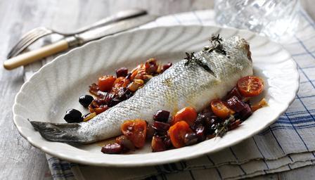 Recetas – Lubina asada con chorizo, cebolla roja y tomates cherry