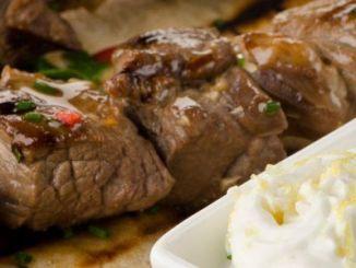 Kebabs Griegos de Cordero con Salsa de Yoghurt