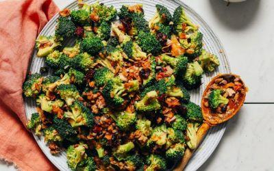 Ensalada cremosa de brócoli vegano (¡sin mayo!)