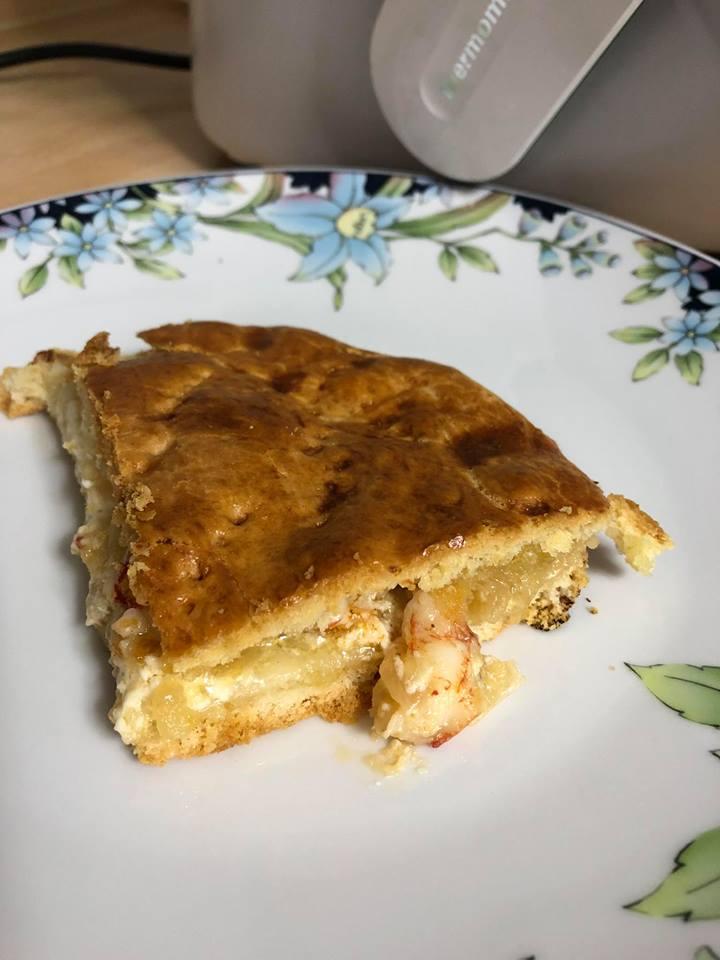 Empanada rellena de gambón, queso fresco y cebolla caramelizada