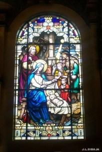 Vitrales dentro de una catedral