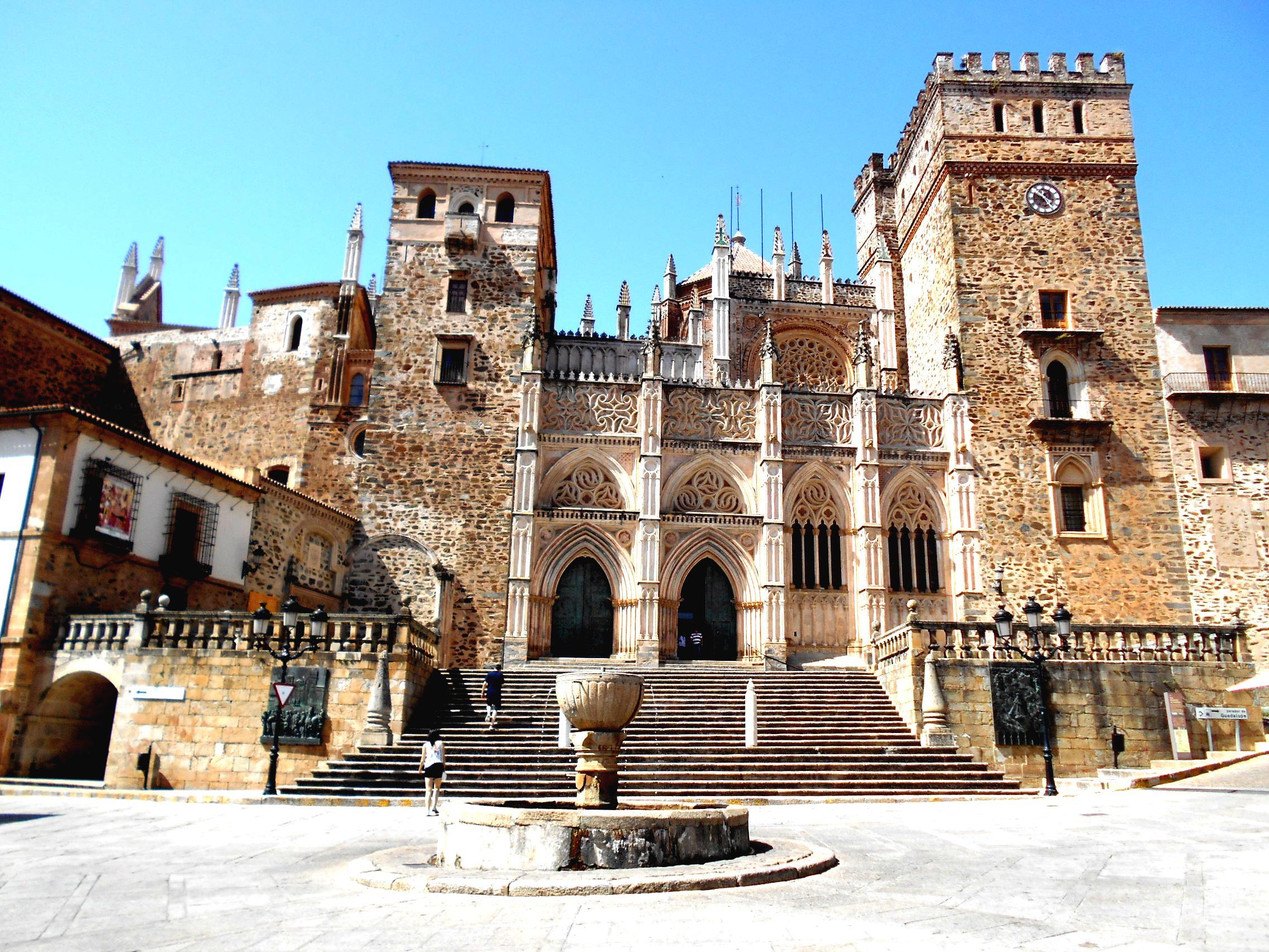 Virgen-de-Guadalupe-Monasterio-de-Guadalupe-Cáceres-Extremadura-Cristobal-Colón-Hernán-Cortés-Panibericana-boost