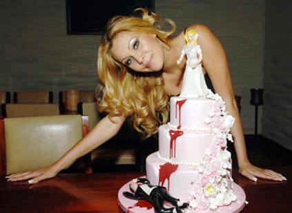 Blondine mit Torte