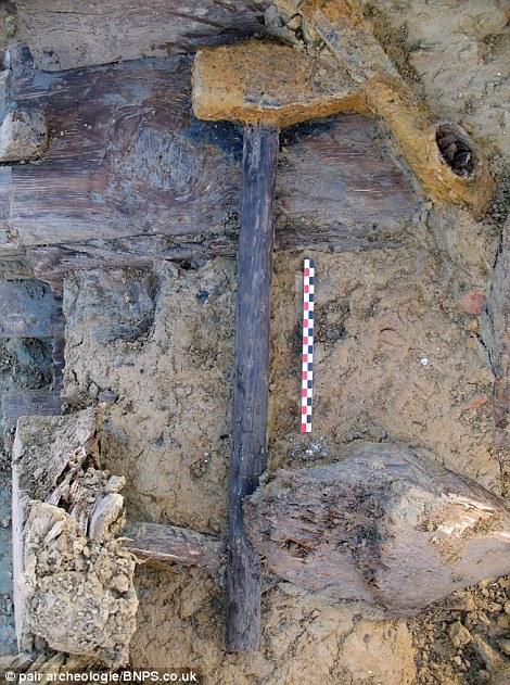 Attrezzi da costruzione: un grosso martello (foto sopra) che gli archeologi credono sia stato usato per scavare la rete di trincee (foto sotto)