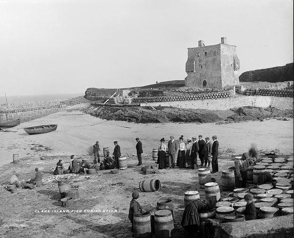 Spiaggia di Clare Island in una foto di inizio XX secolo, sullo sfondo la dimora O'Malley