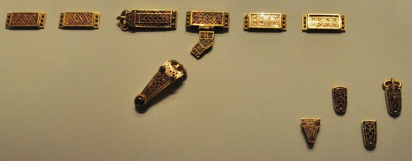 Fibbia, placche decorative e aggancio a T per il lacciuolo della spada, componevano la decorazione della cintura