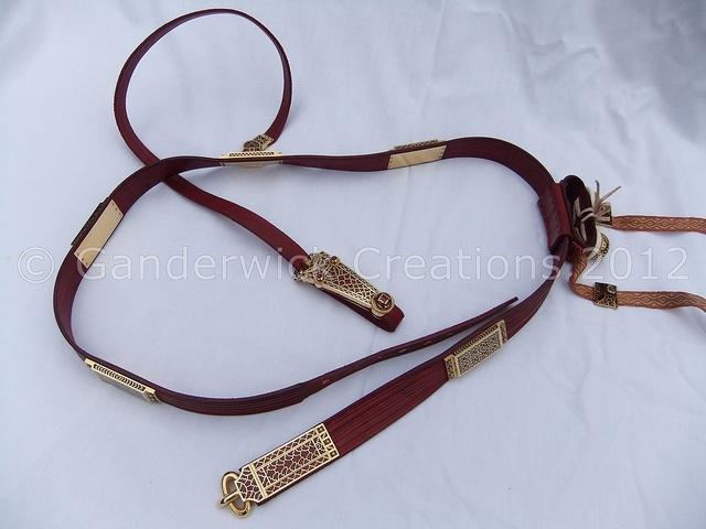Ricostruzione della cintura da spada con elementi decorativi (Mortimer, Evans e Roper)