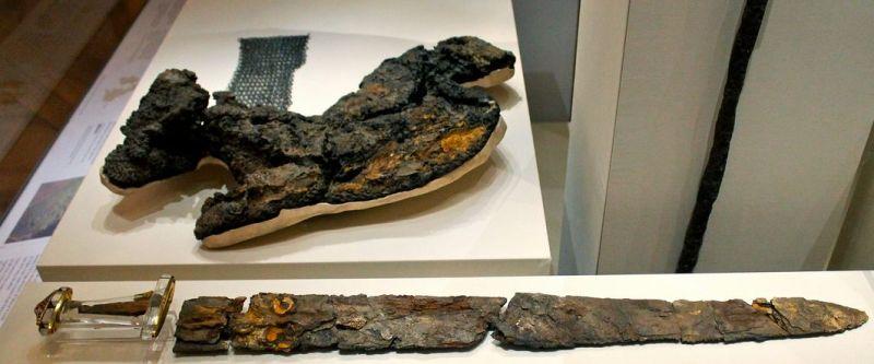 In primo piano la spada, in secondo piano i resti della cotta di maglia con una riproduzione