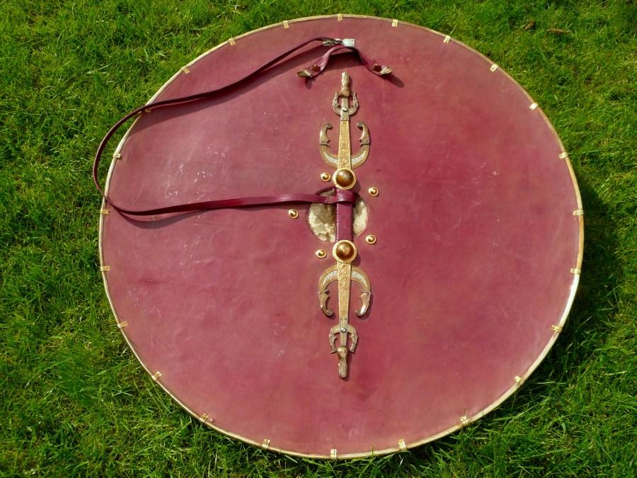 Interno della ricostruzione dello scudo con due maniglie e cinghia. Si suppone che venissero utilizzate nei diversi momenti per impugnare lo scudo, appenderlo al suo sostegno, portarlo a cavallo (Mortimer, Evans e Roper)